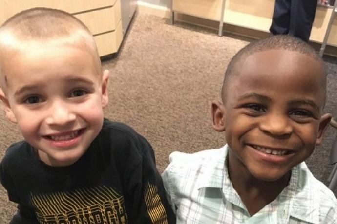 Niño se corta el cabello igual que su amigo de color para confundir a la profesora