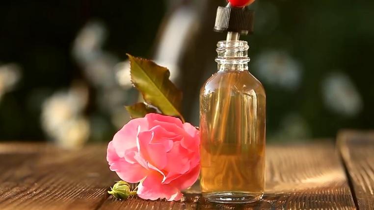 La unción en la rosa con el Aceite de la Alegría